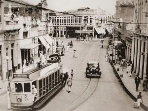 Rua do Comércio nos anos 50 com o Café Central logo atrás do Relógio Central