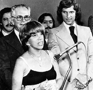 Cândida Palmeira fala durante a inauguração da TV Gazeta de Alagoas, observada por Arnon de Mello e Pedro Collor