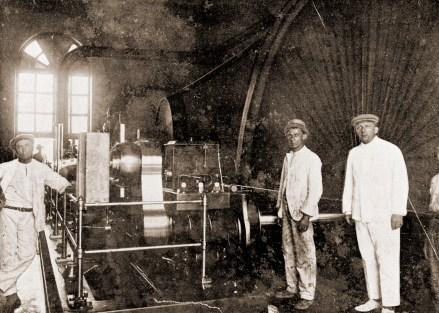Motor da União Mercantil em 1922, à direita Antônio Machado, diretor técnico e um dos proprietários da fábrica