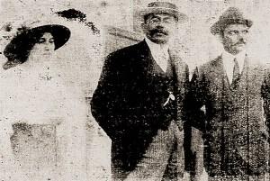 Adalberto Marroquim ao lado do governador Fernandes Lima e a filha deste em foto publicada no jornal A Notícia_de Bahia em 23 de abril de 1915