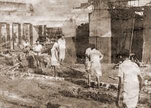 Sobreviventes procuram seus bens entre os entulhos