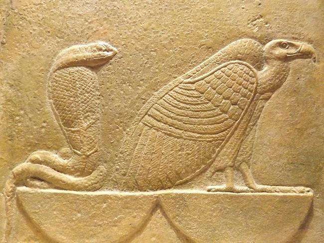 Representación del buitre y cobra, las divinidades egipcias