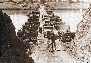 Foto histórica en que se ven fuerzas egipcias cruzando el Canal de Suez en el inicio de la guerra de Yom Kippur