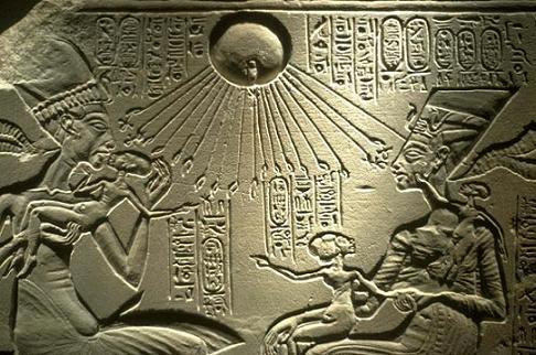Relieve en el que se representa a Akhenaton, Nefertiti y sus hijos bendecidos por el dios Atón