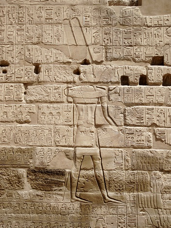 Imagen que muestra a Sheshonq acabando con sus enemigos, en un relieve del templo de Karnak
