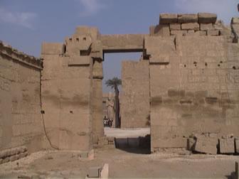 Imagen que muestra el Portal Bubastita en Karnak, de la XXII dinastía