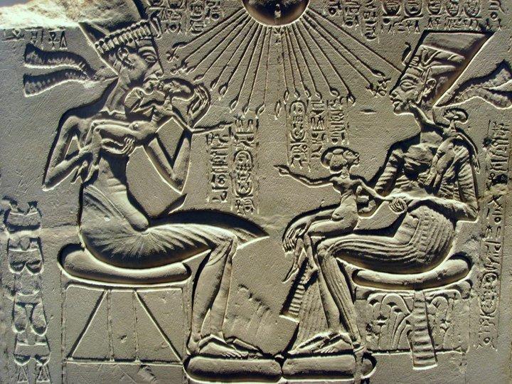Bajorrelieve que representa a la familia real amarniense: Akhenaton y Nefertiti con sus descendientes