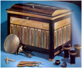 Cofre con diferentes objetos de cosmética y un espejo