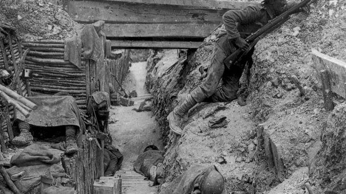 Soldados británicos en las trincheras, durante la batalla del Somme, 1916