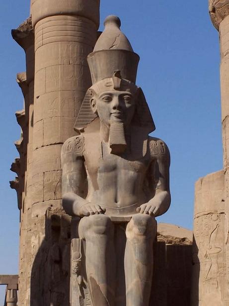 Estatua colosal de Ramsés II en el templo de Luxor