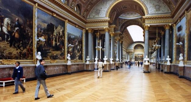 Interior de una de las numerosas salas del Museo del Louvre