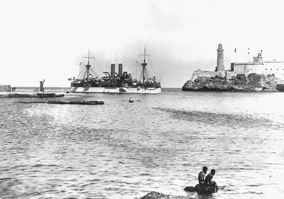 El USS Maine entrando en el Puerto de la Habana el 25 de enero de 1898