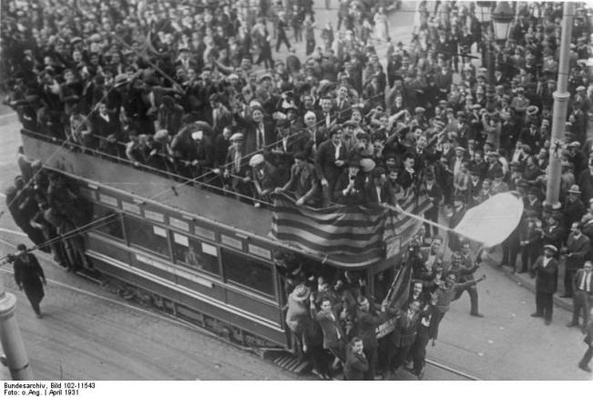 Fotografía histórica de Barcelona el 14 de abril de 1931, hecho clave de la Historia contemporánea de España