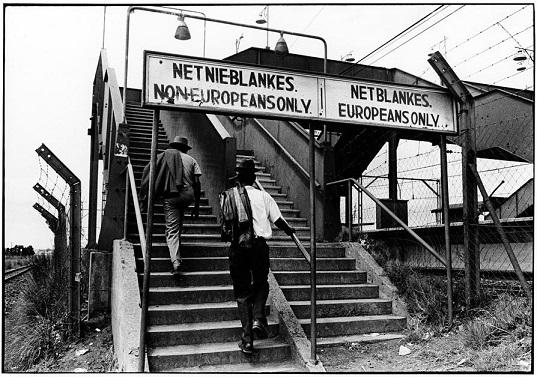 Escaleras diferenciadas para los blancos y los negros en Sudáfrica