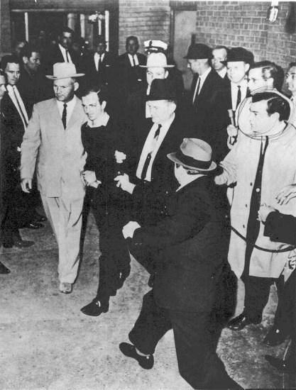 Lee Harvey Oswald al día siguiente de la muerte de Kennedy