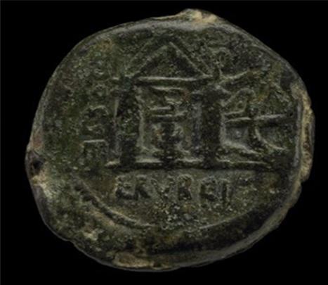 Moneda acuñada del s. I a.C. con la representación del templo y la serpiente