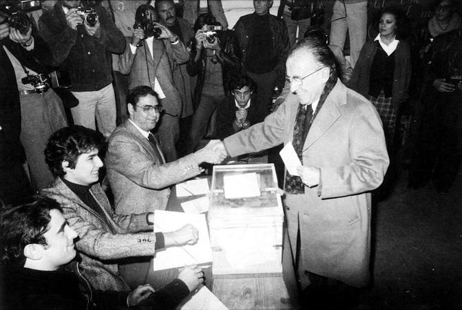 El secretario general del PCE, Santiago Carrillo, vota en el referéndum de la Constitución española (Archivo del periódico ABC)