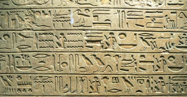Escritura jeroglífica egipcia de la Estela de Minnakht, jefe de escribas durante el reinado de Ay An