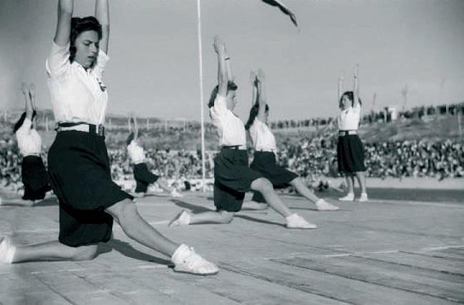 Mujeres de la Sección Femenina practicando gimnasia