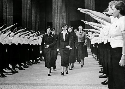 Pilar Primo de Rivera y otras mujeres de la Sección Femenina en Alemania