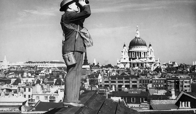 Un miembro de la Royal Observer Corps en vigilancia durante la batalla de Inglaterra