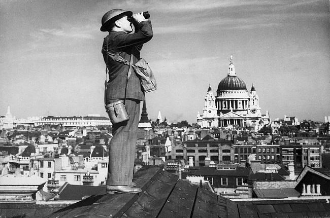 Un miembro de la Royal Observer Corps en vigilancia durante la batalla de Inglaterra en la II Guerra Mundial