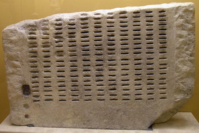 Kleroterion utilizado en la justicia en la antigua Atenas conservado en la actualidad