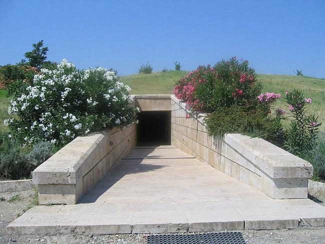 Entrada al gran túmulo de Vergina, donde supuestamente se hallaron los restos del rey macedonio