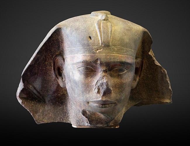 Cabeza de Dyedefra, actualmente expuesta en el Museo del Louvre