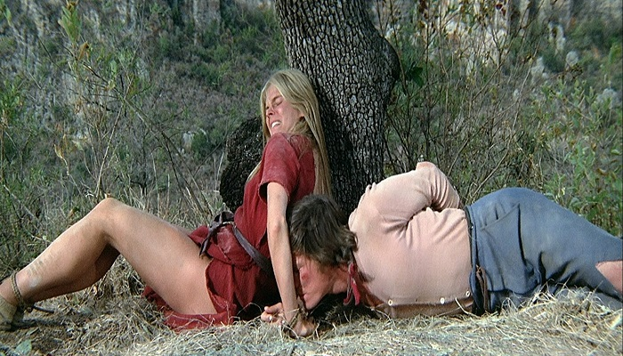 Candice Bergen y Peter Strauss en otra escena de Soldado Azul