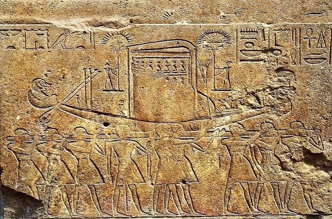 La barca sagrada de Amón del festival de Opet en un relieve de la Capilla Roja de la reina Hatshepsut National Geographic