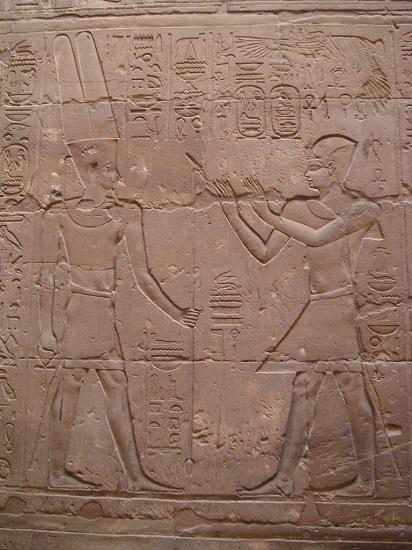 Relieve de Alejandro Magno ante Amón-Ra, en el templo de Luxor.