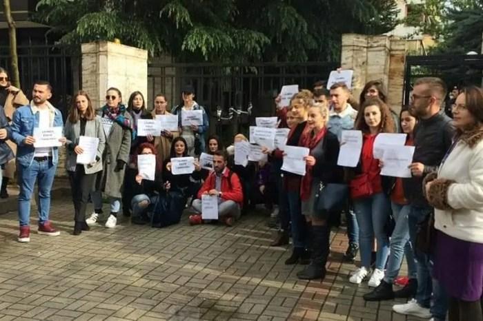 Gazetarët në protestë kundër dhunës ndaj tyre