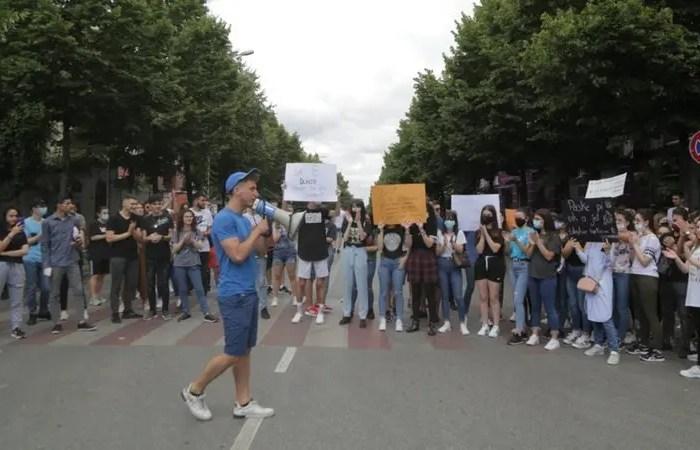 Nxënësit nuk ndalen, për të dytën ditë me radhë protestë para Ministrisë!