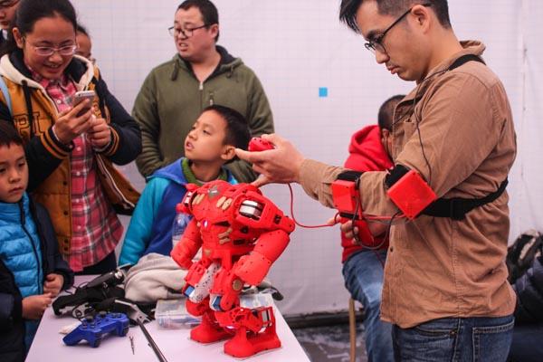Mini Maker Faire de Chengdu o cómo educar a base de tortazos robóticos