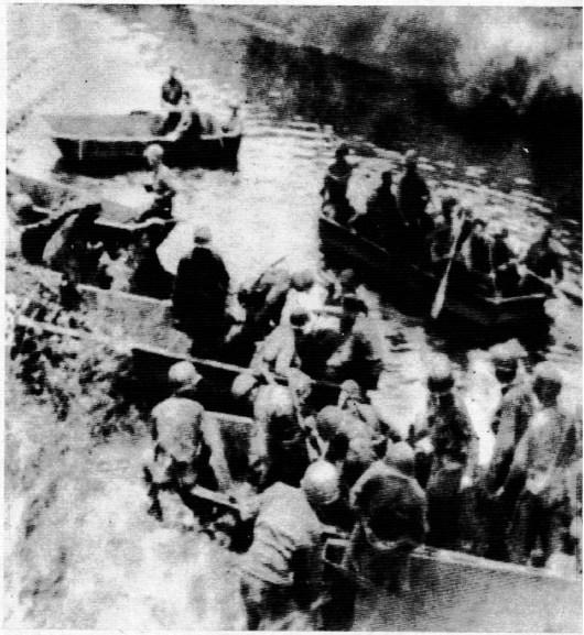 Mientras las divisiones alemanas se retiran a lo largo de todo el frente, fuerzas nortea¬mericanas cruzan el Sena en botes livianos para continuar la persecución del enemigo.