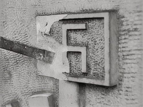 Hakenkreuz wird entfernt, 1945