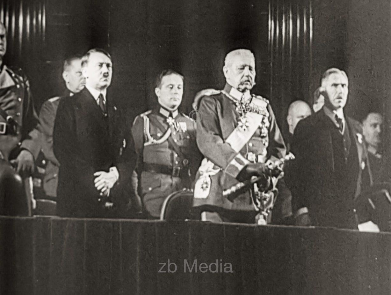 Hitler mit Hindenburg und von Papen 1933