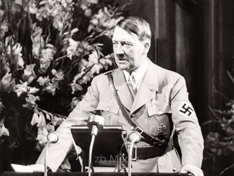 Adolf Hitler am Rednerpult