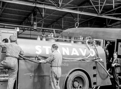 Stanavo Tankwagen bei Flugzeug Betankung am Flughafen Berlin Tempelhof 1937