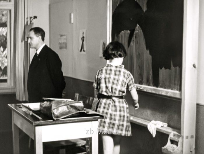 Lehrer mit Schülerin in der jüdischen Goldschmidtschule in Berlin 1937