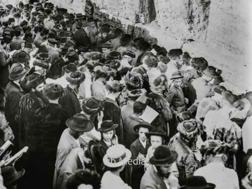 Menschenmenge am Versöhnungstag an der Klagemauer in Jerusalem 1935