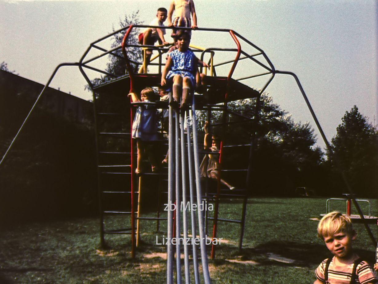 Kinder auf Rutsche Spielplatz Berlin 1961
