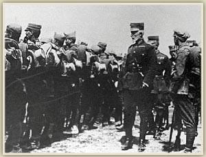 Ο αρχιστράτηγος Γ. Χατζηανέστης επιθεωρεί ελληνικές στρατιωτικές μονάδες στο μικρασιατικό μέτωπο