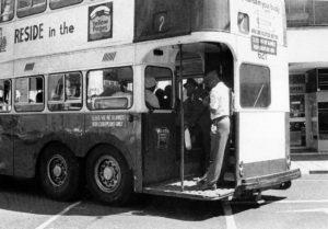 Λεωφορείο μόνο για μαύρους πολίτες στο Γιοχάνεσμπουργκ το 1965. Σύμφωνα με τους νόμους του Άπαρτχαιντ, λευκοί και μαύροι επιβιβάζονταν σε ξεχωριστά μέσα μαζικής μεταφοράς. Πηγή: http://www.citylab.com/politics/2013/12/life-apartheid-era-south-africa/7821/