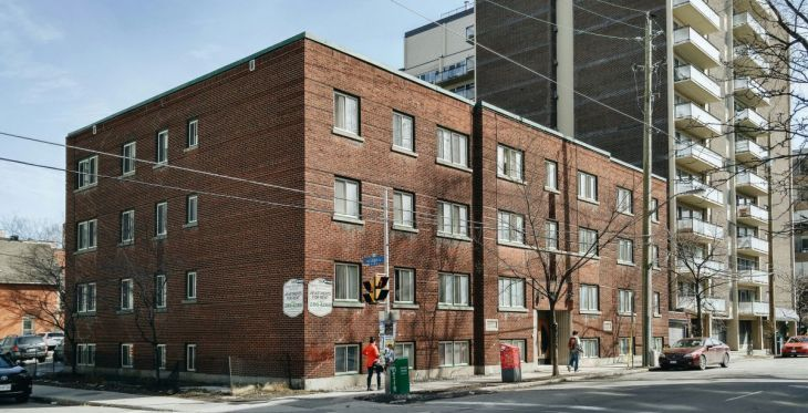 The Queen Elizabeth Apartments (201 Metcalfe, at Lisgar) was constructed in 1939 for local dairyman Isidore Stone. Image: March 13, 2016.