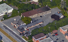A bird's eye view of the motel today. The second half, located to the north, was added quickly afterwards and came at the expense of the remaining cabins. Image: Google Maps.