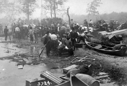 Refugees embarking in a boat on Porcupine Lake to escape from the flames of the Great Forest Fire of 1911. Image: Toronto Star / Library and Archives Canada / PA-179598.