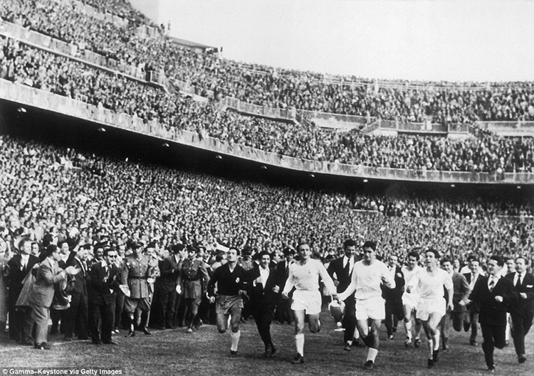 Real Madrid at the Bernabeu after a 2-0 win over Fiorentina in the 1957 European Cup final