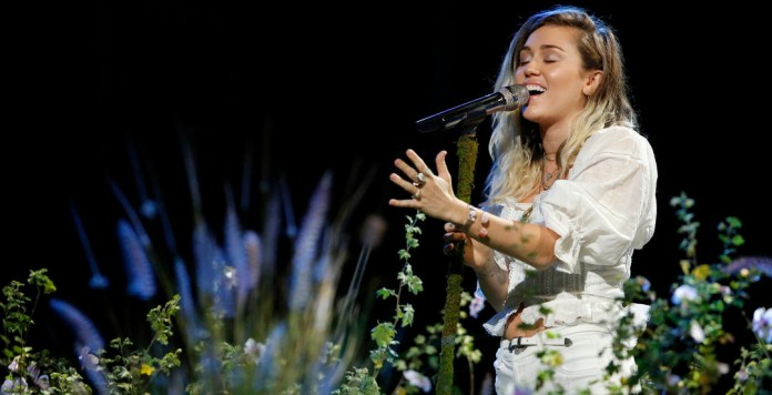 Miley Cyrus - Malibu - The Voice final 2017 - Hit Channel